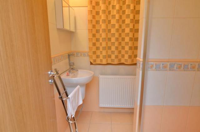 Toaleta s umývadlom v apartmáne